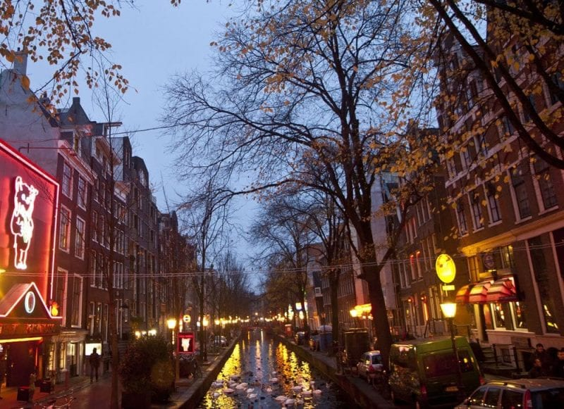 Vista nocturna del barrio rojo de Amsterdam