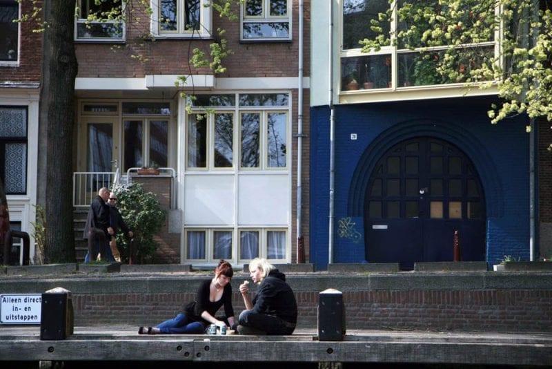 Pareja en uno de los canales de Amsterdam