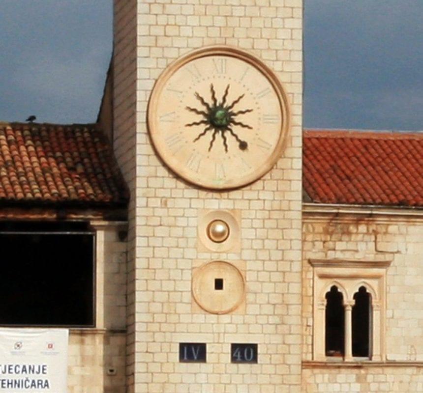 Detalle del reloj del palacio de Sponza en Dubrovnik