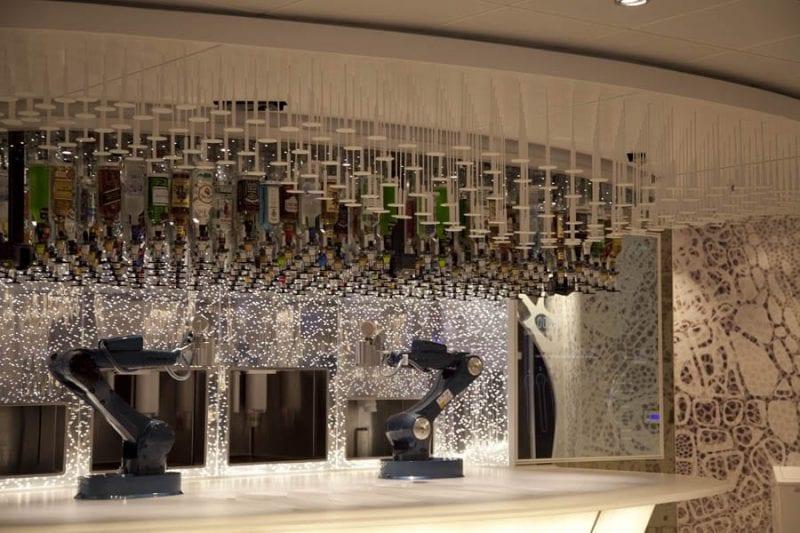 En el bionic bar dos robots sirven copas
