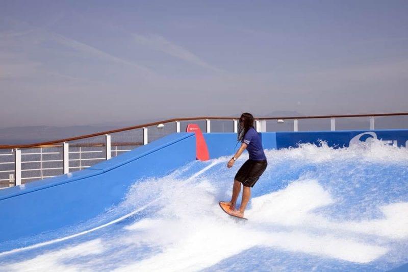 Un simulador de surf en mitad del océano