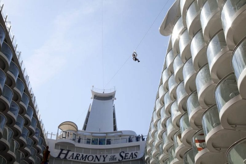 La tirólina permite volar sobre el barco