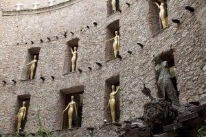 Estatuillas doradas en el museo Dalí