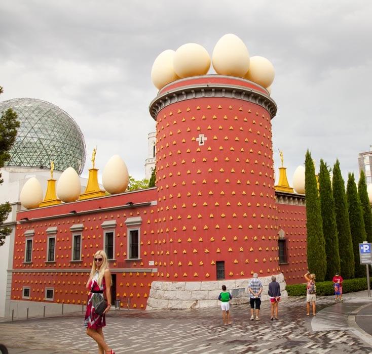 Una de las fachadas del Teatro Museo Dalí en Figures