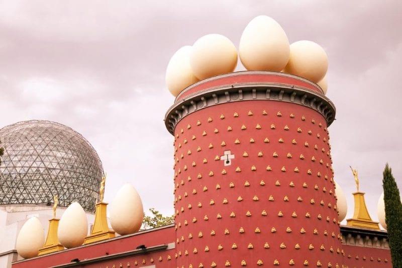 La cúpula y los huevos, señas de identidad del museo