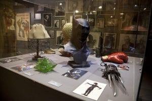 Sala de objetos originaels de películas en el Museo del Cine de Girona