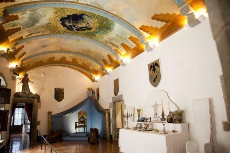 El castillo tiene muchos techos decorados