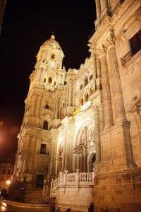 Vista nocturna de la catedral de Málaga