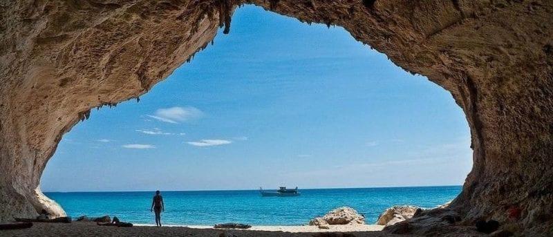 Vista de la costa de Cerdeña desde un velero