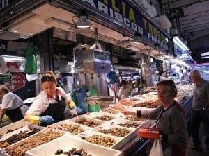 Puesto de mariscos en el mercado de la Esperanza