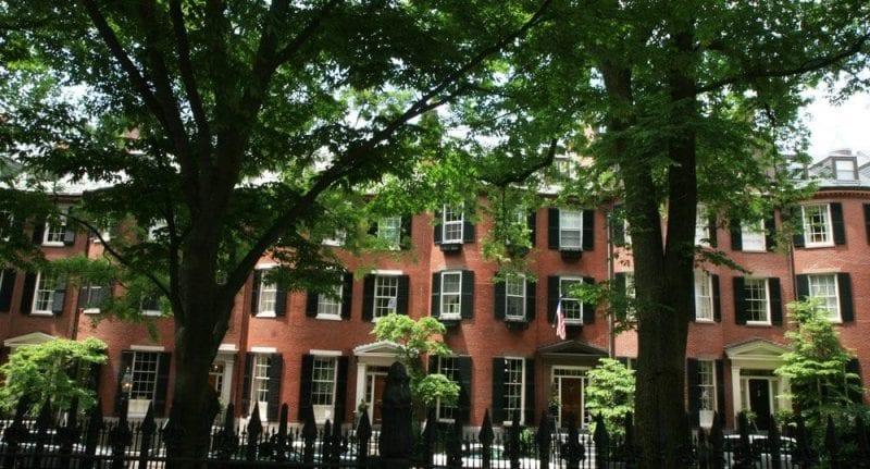 Casas de ladrillo y verde en Beacon Hill