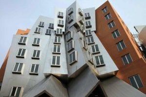 Este peculiar edificio es obra de Frank Gehry y acoge los laboratorios de informática e inteligencia artificial del MIT, universidad que apuesta por la modernidad