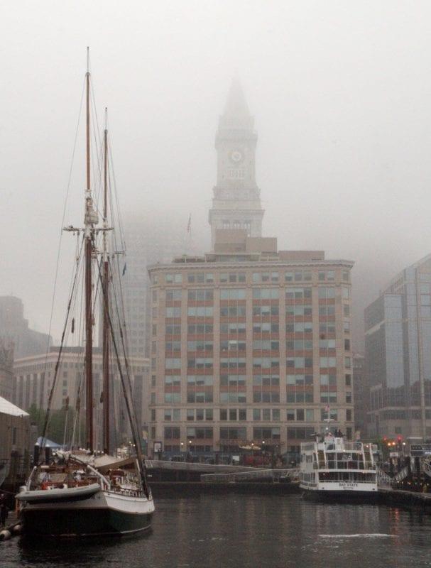 Puerto de Boston cubierto de niebla
