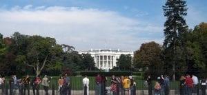 Delante de la verja de la fachada principal de la Casa Blanca siempre hay turistas, sea la época del año que sea.