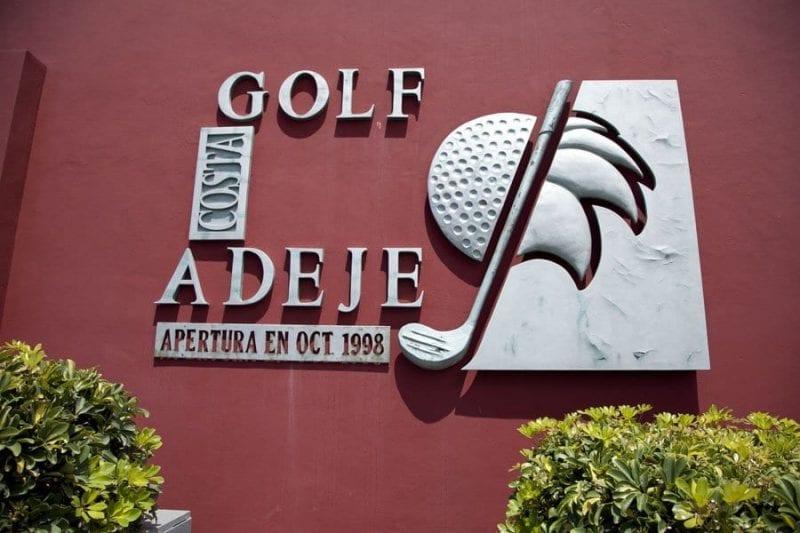 Entrada al club de golf