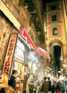 La calle Gregorio Armeno, famosa por las tiendas de belenes