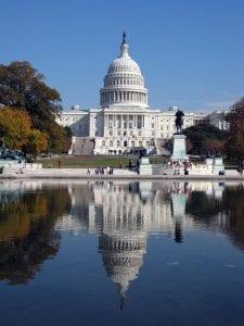 Una gran cúpula corona el Capitolio, edificio, sede del Senado, el Tribunal Supremo, la Cámara de Representantes y la Biblioteca del Congreso.