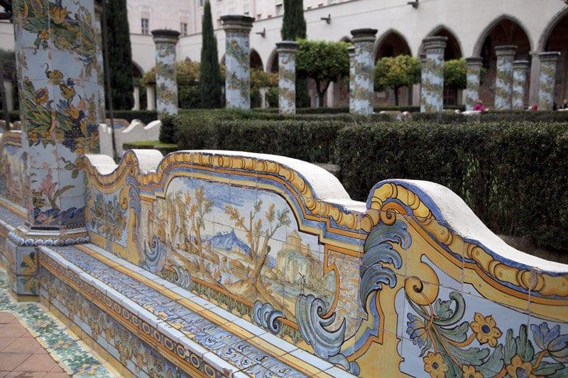 Detalle de los azulejos de majorica del claustro del convento sde santa Clara de Nápoles