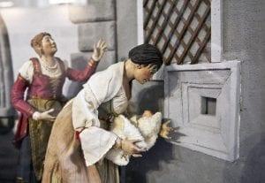 Madre napolitana entregando su bebé al hospicio