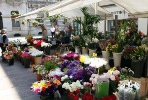 Puesto callejero de flores en Santander