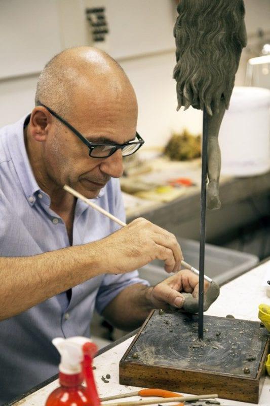 Ulderico Pinfildi hace figuras de Navidad a mano