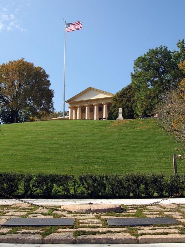 Las lápidas del presidente John F. Kennedy y su esposa Jackie
