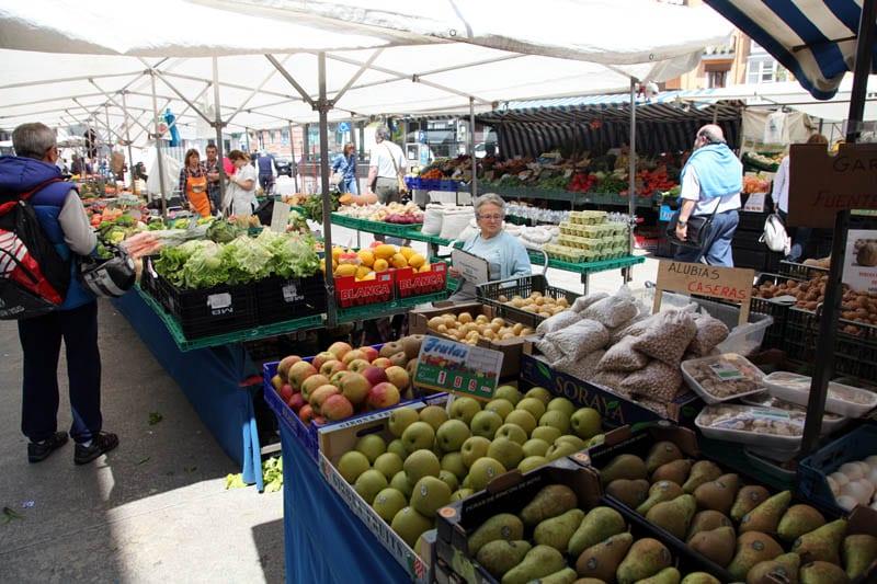 Puestos de verduras en el exterior del mercado de la Esperanza