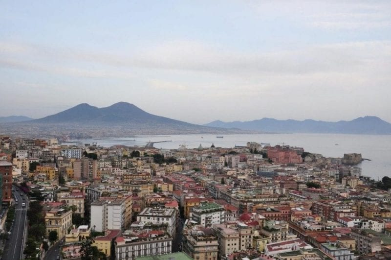 Panorámica de Nápoles con el Vesubio al fondo