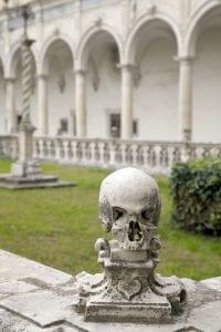 El claustro era también el cementerio de los monjes