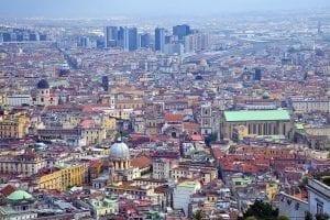 La calle Spaccanapoli divide Nápoles en dos mitades