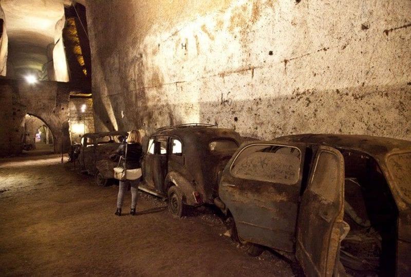 """Vehículos """"abandonados"""" en las galerías del túnel borbónico"""
