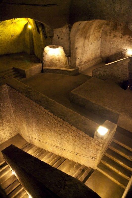 El interior del tunel borbónico es un laberinto de pasillos y escaleras