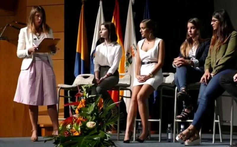 Nani Arenas moderadora de la mesa con los estudiantes