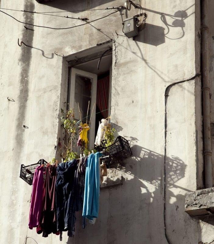 Ropa tendida en una ventada en el centro de Nápoles