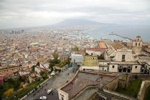 Panorámica de Nápoles con la silueta del Vesubio