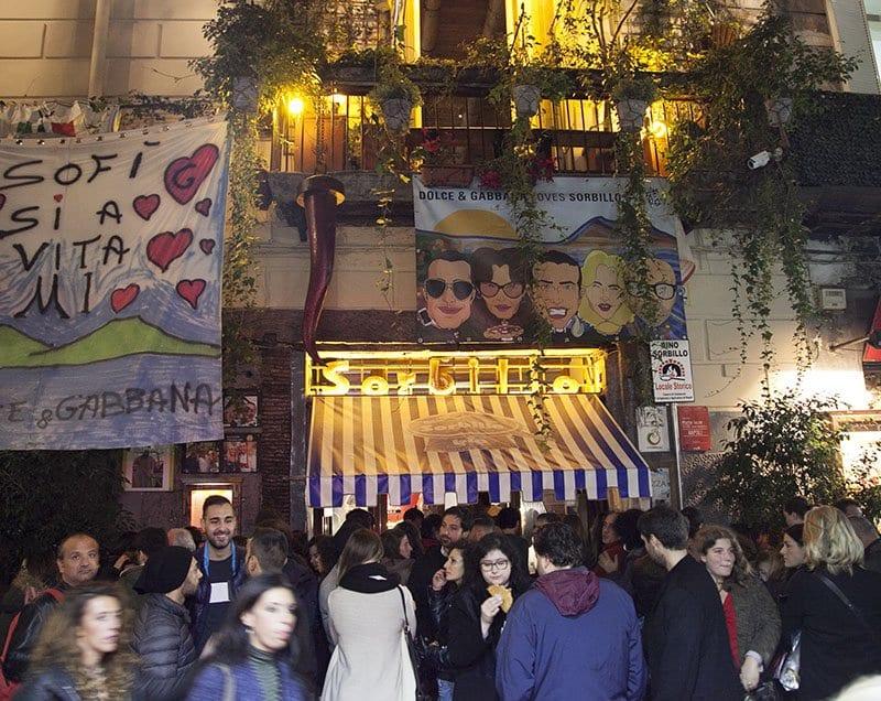 Colas para entrar a la mejor pizzería de Nápoles: Sorbillo