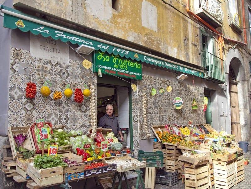 Puesto de frutas en el centro de Nápoles