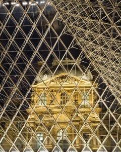 Imagen nocturna del museo del Louvre de París