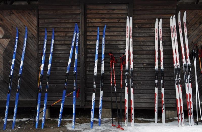 Los esquís de fondo son más estrechos y largos que los alpinos