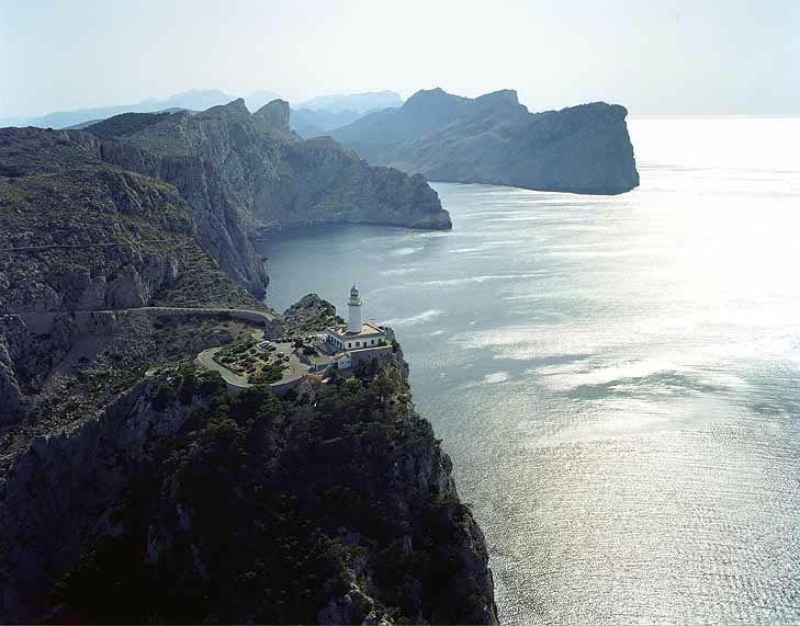 Las estampa del faro de Formentor impone