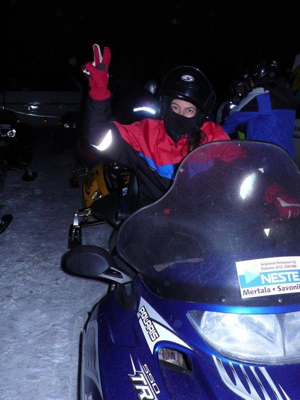 Nani Arenas conduciendo una moto de nieve