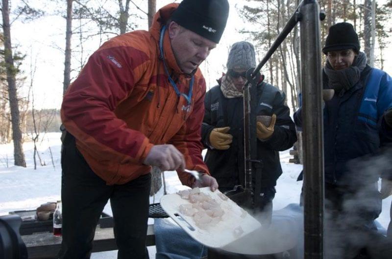 La sopa se prepara en una hoguera en mitad del hielo