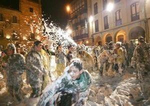 Llucia de espuma durante el carnaval de Avilés. Foto Turismo de Avilés.