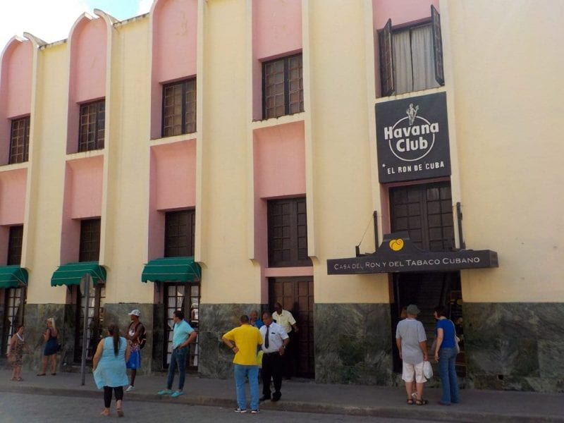 El ron des la bebida nacional de Cuba