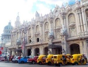 Coco Taxis en la plaza del Capitolio en la Habana