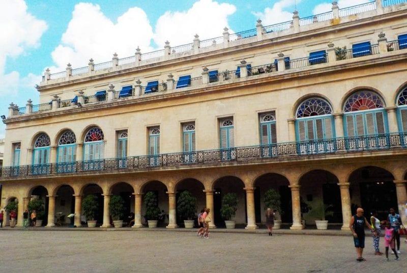 Fachada del hotel Santa Isabel en la Plaza de Armas
