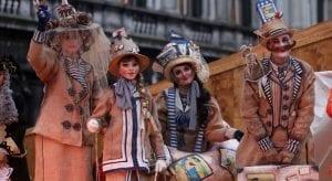 Los venecianos crean disfraces muy elaborados