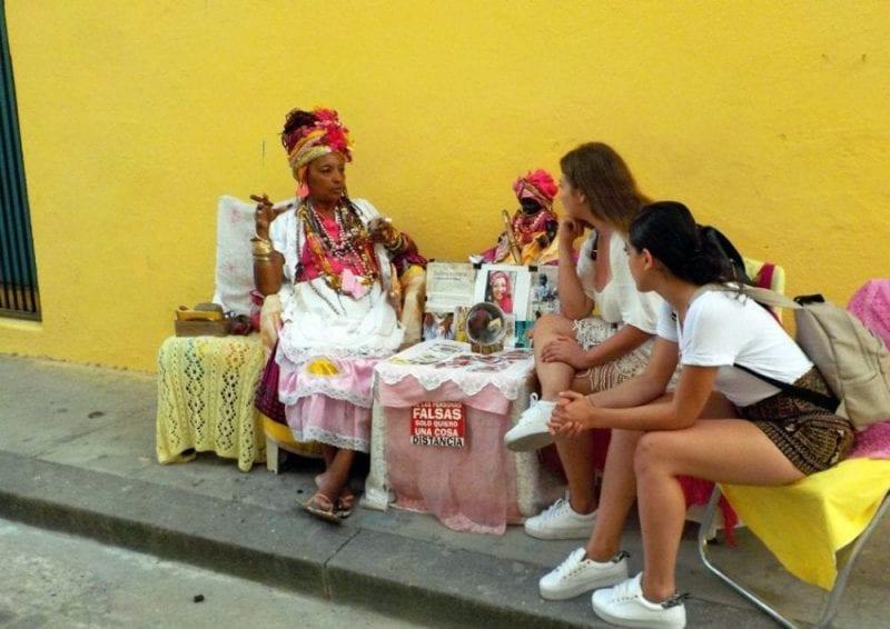 Una pitonisa adivina el futuro de dos turistas