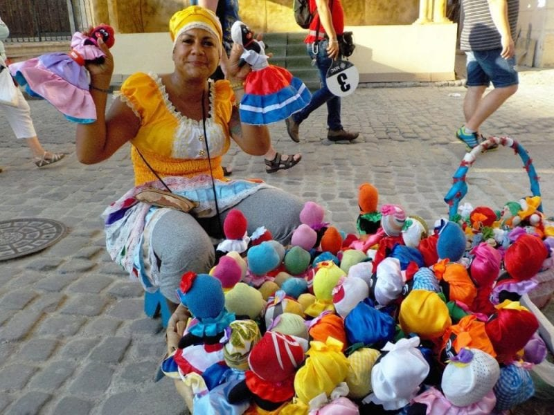 Vendedora de muñecas en la plaza de la catedral
