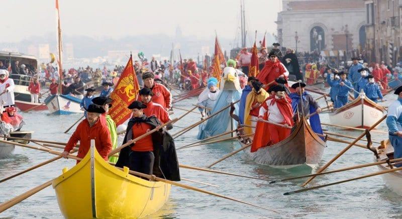 Desfile de carnaval por los canales de Venecia